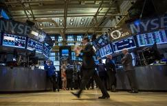 La Bourse de New York débute en hausse jeudi après l'annonce d'une baisse inattendue des inscriptions hebdomadaires au chômage, qui témoigne de la bonne santé du marché de l'emploi. L'indice Dow Jones gagne 0,7% dans les premiers échanges, le Standard & Poor's 500, plus large, progresse de 0,52% et le Nasdaq Composite prend 0,49%. /Photo d'archives/REUTERS/Brendan McDermid