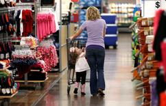La confiance du consommateur américain a contre toute attente chuté en mai à son plus bas niveau depuis octobre, selon les résultats préliminaires de l'enquête mensuelle de l'université du Michigan publiée vendredi.  /Photo d'archives/REUTERS/Rick Wilking