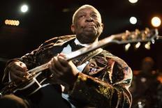La leyenda del blues estadounidense B.B. King en el escenario del festival de Jazz de Montreux, Suiza, jul 2 2011. La leyenda del blues B.B. King, que popularizó el blues e influyó en una generación de músicos de rock desde Eric Clapton a Stevie Ray Vaughan, murió a los 89 años de edad, dijo USA Today la noche del jueves.  REUTERS/Valentin Flauraud