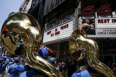 Banda passa diante de B.B. King Blues Club & Grill em Times Square, Nova York. 15/5/2015.   REUTERS/Shannon Stapleton