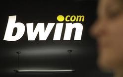 La société de jeux en ligne britannique 888 Holdings va lancer une offre de rachat de son concurrent Bwin.Party, qui est déjà l'objet d'une proposition de reprise d'un autre acteur du secteur, GVC Holdings, rapporte le Sunday Times. /Photo d'archives/REUTERS/Herwig Prammer