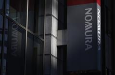 Un juge américain a ordonné vendredi à Nomura Holdings et à Royal Bank of Scotland de verser un total de 806 millions de dollars (704 millions d'euros) à Fannie Mae et à Freddie Mac pour avoir fait des déclarations trompeuses lors de la vente de valeurs mobilières adossées à des crédits hypothécaires (MBS). /Photo d'archives/REUTERS/Shohei Miyano