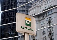 El logo de Petrobras en su casa matriz en Sao Paulo, abr 23 2015. El directorio de la petrolera brasileña Petrobras aprobó la venta de bonos en moneda local por más de 3.000 millones de reales (unos 997 millones de dólares) en el mercado interno, dijo la empresa al regulador.   REUTERS/Paulo Whitaker