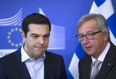 El presidente de la Comisión Europea, Jean-Claude Juncker, recibe al primer ministro griego, Alexis Tsipras, en una reunión en la sede de la Comisión Europea, en Bruselas, el 13 de marzo de 2015. La Comisión Europea negó el lunes la veracidad del reporte de un diario griego respecto a que su presidente, Jean-Claude Juncker, había realizado una nueva propuesta de compromiso a Grecia en negociaciones para obtener más fondos a cambio de reformas en el endeudado país heleno. REUTERS/Yves Herman