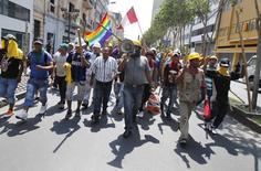 En la imagen de archivo, mineros durante una manifestación en Lima el 26 de marzo de 2014. El mayor gremio de trabajadores mineros en Perú inició el lunes una huelga nacional indefinida exigiendo que se eliminen normas y decretos del Gobierno que considera disminuyen sus derechos, dijo el líder de la organización. REUTERS/Enrique Castro-Mendivil