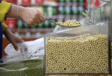 Un cliente comprando granos de soja en un supermercado en Wuhan, provincia de Hubei, 14 de abril de 2014. China, el mayor comprador mundial de soja, importaría un récord de 77 millones de toneladas de la oleaginosa en 2015-2016 (octubre-septiembre), un aumento de 5,5 por ciento respecto al año anterior, según el pronóstico de un centro de estudios oficiales publicado el lunes. REUTERS/Stringer