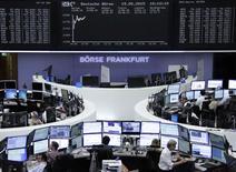 Les Bourses européennes sont toujours en vive hausse mardi à la mi-séance, portées par la possibilité de voir la BCE augmenter temporairement ses rachats d'actifs mensuels. À Paris, le CAC 40 prend 1,69% à 5.096,80 points vers 10h30 GMT. À Francfort, le Dax gagne 1,66% mais à Londres, le FTSE ne gagne que 0,3%. /Photo prise le 19 mai 2015/REUTERS