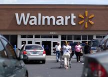 Clientes en una tienda de Walmart, en Miami, Florida, 18 de mayo de 2010. Wal-Mart Stores Inc reportó un crecimiento menor al esperado en sus ventas trimestrales comparables en Estados Unidos, al sostener que sus clientes usaron sus devoluciones de impuestos y ahorros para saldar deudas en lugar de gastar en la compra de artículos. REUTERS/Carlos Barria