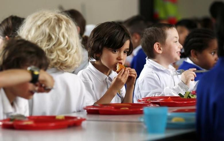 Students eat lunch at Salusbury Primary School in northwest London June 11, 2014. REUTERS/Suzanne Plunkett