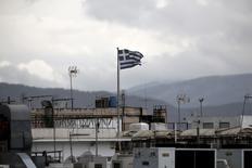 Una bandera de Grecia flameando sobre el techo de un edificio en Atenas, mayo 11 2015. La economía de la zona euro está en una senda de recuperación sostenible pero de aquí en adelante el crecimiento se va a estancar, según la mayoría de los economistas consultados en un sondeo de Reuters. REUTERS/Alkis Konstantinidis