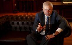 Глава Лукойла Вагит Алекперов дает интервью агентству Рейтер в Софии. Крупнейшая в РФ частная нефтекомпания Лукойл планирует сохранить добычу нефти в 2015 году на уровне прошлого - 97 миллионов тонн - или нарастить её на один процент, сказал в интервью Рейтер глава Лукойла Вагит Алекперов. REUTERS/Stoyan Nenov