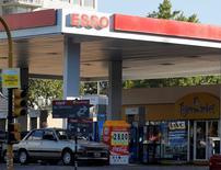 Una gasolinera de Esso en Buenos Aires, mar 1 2011. Firmas petroleras privadas en Argentina expresaron su preocupación por el incremento de los conflictos laborales que aseguraron reduce la productividad del sector, en momentos en que el país austral busca millonarias inversiones para aliviar su déficit energético.      REUTERS/Enrique Marcarian