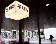 The logo of Swiss bank UBS is seen at the entrance of an office building in Zurich July 29, 2014.  REUTERS/Arnd Wiegmann