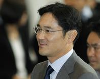 Jay Y. Lee llega a la sede de la compañía en Seúl, fotografía de archivo de diciembre de 2010. El heredero natural de Samsung, Jay Y. Lee, se enfrenta a un delicado acto de equilibro: preparar cuidadosamente el cambio -de estilo más que de estrategia- en el mayor conglomerado de Corea del Sur y preservar al mismo tiempo el legado de su padre, que lleva más de un cuarto de siglo manejando la empresa. REUTERS/Lee Jae-Won