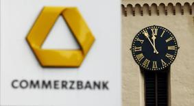 El logo de Commerzbank, frente a un reloj público en Fráncfort, 20 de noviembre de 2014. Commerzbank quiere vender portafolios de crédito por un valor de 3.400 millones de euros (3.800 millones de dólares) para reestructurar su balance y liberar capital para cumplir con normas bancarias más estrictas, dijeron dos personas  familiarizadas con la transacción. REUTERS/Kai Pfaffenbach/Files