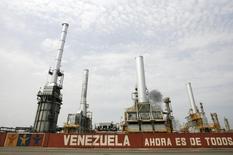 La refinería venezola El Palito, en Puerto Cabello, al este de Caracas. 23 de septiembre de 2009. Un apagón paralizaba el miércoles la refinería venezolana El Palito, de 146.000 barriles por día (bpd) de capacidad, ubicada en la costa central del país, dijeron trabajadores a Reuters. REUTERS/Edwin Montilva