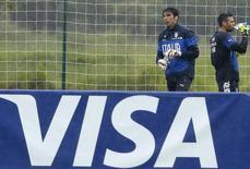 """Anuncio de Visa en el entrenamiento de la selección de Italia para la Copa del Mundo 2014, 10 de junio de 2014. Visa, un patrocinador de la FIFA, manifestó su """"grave preocupación"""" por las condiciones de trabajadores inmigrantes en Qatar, donde se jugará el Mundial de fútbol de 2022. REUTERS/Alessandro Garofalo"""