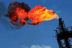 Una llamarada saliendo de una refinería en Tula, México, nov 21 2013. La petrolera mexicana Pemex dijo el miércoles que no tiene planes a corto y mediano plazo para vender sus refinerías, pero no descartó estudiar la posibilidad en el futuro si sigue perdiendo dinero en refinación.  REUTERS/Henry Romero