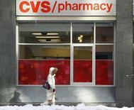 Un peatón camina junto a una tienda CVS, en el centro de Washington, 8 de febrero de 2010. CVS Health Corp, la segunda mayor cadena de farmacias de Estados Unidos, anunció el jueves que comprará al proveedor de servicios farmacéuticos Omnicare Inc por 10.100 millones de dólares para crecer en el mercado que atiende a los ancianos. REUTERS/Stelios Varias
