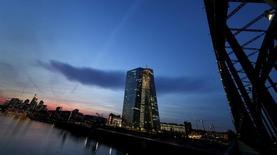 Nova sede do Bano Central Europeu (BCE) (ao centro), em Frankfurt. 13/04/2015 REUTERS/Kai Pfaffenbach