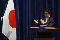 El primer ministro de Japón, Shinzo Abe, asiste a una conferencia de prensa en su residencia oficial, en Tokyo, 14 de mayo de 2015. Japón reveló el jueves un plan para aportar 110.000 millones de dólares en ayuda para proyectos de infraestructura en Asia, en momentos en que China se prepara para lanzar un nuevo prestamista institucional que se cree que acaparará el atractivo financiero regional actualmente en manos de Tokio y Washington. REUTERS/Toru Hanai