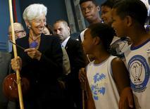 Diretora-gerente do Fundo Monetário Internacional (FMI), Christine Lagarde, em visita ao Complexo do Alemão, no Rio de Janeiro. 21/05/2015 REUTERS/Ricardo Moraes