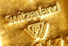 Una barra de oro de un kilo de peso en un banco en Berna, Suiza, nov 25 2014. El oro cayó el jueves presionado por el dólar, que recortó pérdidas luego de que datos en Estados Unidos mostraron que el ímpetu económico está mejorando, aunque el retroceso del metal fue limitado por las señales de que es improbable que la Reserva Federal eleve las tasas de interés en junio.  REUTERS/Ruben Sprich