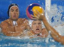 Disputa de pólo aquático no campeonato mundial em Budapeste. 15/7/2014.         REUTERS/Laszlo Balogh