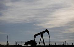Нефтяной станок-качалка во Франции. 7 мая 2014 года. Нефтяные цены снижаются в пятницу после роста более чем на 2 процента накануне, вызванного сокращением запасов нефти в США и геополитической нестабильностью на Ближнем Востоке. REUTERS/Vincent Kessler