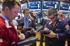 Трейдеры на фондовой бирже в Нью-Йорке. 21 мая 2015 года. Индекс S&P 500 завершил торги четверга на рекордном максимуме, так как разочаровывающие экономические данные укрепили мнение о том, что ключевая ставка в США будет повышена только ближе к концу текущего года. REUTERS/Lucas Jackson