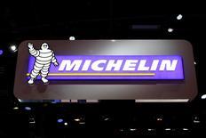 Michelin a confirmé vendredi ses objectifs 2015 à l'occasion de l'assemblée générale de ses actionnaires, dont une croissance des volumes en phase avec l'évolution mondiale du marché des pneumatiques et un cash flow libre d'environ 700 millions d'euros. /Photo d'archives/REUTERS/Benoît Tessier