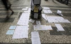 Anuncios de empleos publicados en una calle de Sao Paulo, Brasil, mar 19 2015. La economía brasileña perdió un neto de 97.828 puestos de trabajo en abril, dijo el viernes el Ministerio del Trabajo, en contra de las previsiones del mercado de una recuperación del mercado laboral. REUTERS/Paulo Whitaker