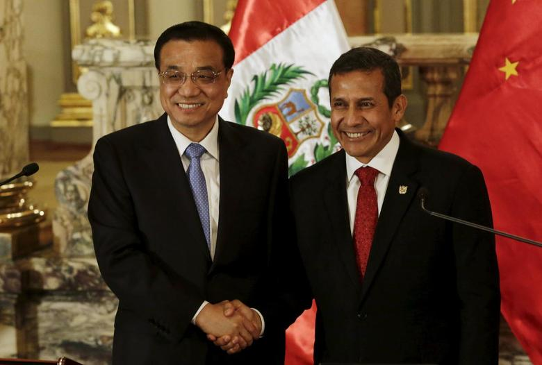 Chinese Premier Li Keqiang (L) and Peru's President Ollanta Humala shake hands at the government palace in Lima, May 22, 2015. REUTERS/Mariana Bazo