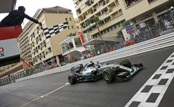 Mercedes Formula One driver Nico Rosberg of Germany crosses the finish line to win the Monaco F1 Grand Prix May 24, 2015.  REUTERS/Max Rossi