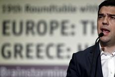 El primer ministro de Grecia, Alexis Tsipras, da un discurso en una conferencia en Atenas. 15 de mayo de 2015. Grecia tiene la responsabilidad de atender sus obligaciones pero necesita un acuerdo con sus acreedores lo más rápido posible debido a la falta de efectivo, dijo el lunes un portavoz del Gobierno en respuesta a preguntas sobre si Atenas podría cumplir con un pago de deuda el 5 de junio. REUTERS/Alkis Konstantinidis