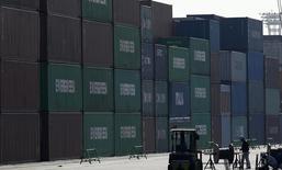 Un trabajador camina en el área de containers en un puerto en Tokyo, 19 de febrero de 2015. Las exportaciones de Japón subieron en abril frente al mismo mes del año previo, pero el ritmo de expansión se desaceleró a partir de marzo, un presagio preocupante para la demanda externa en momentos en que una desaceleración en las economías de China y Estados Unidos oscurece el panorama. REUTERS/Toru Hanai
