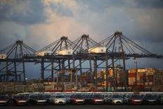 Vehículos estacionados en el puerto de Lázaro Cárdenas, México, nov 20 2013. México registró una ligera moderación en el déficit de la cuenta corriente de la balanza de pagos en el primer trimestre, en medio de una desaceleración de las exportaciones de petróleo y de otros bienes que van en gran medida a Estados Unidos.    REUTERS/Edgard Garrido