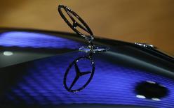 Emblema da Mercedes-Benz em um carro na coletiva anual de imprensa da Daimler, em Stuttgart. 05/02/2015 REUTERS/Ralph Orlowski