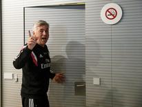 Técnico Carlo Ancelotti deixa sala de entrevistas em Valdebabas, nos arredores de Madri. 22/05/2015 REUTERS/Andrea Comas