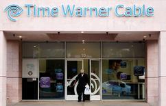 Un cliente sale de una tienda Time Warner Cable en Palm Springs, California, 29 de enero de 2014. Charter Communications Inc anunció el martes que comprará a Time Warner Cable Inc en un acuerdo valuado en 78.700 millones de dólares, en momentos en que el segundo y tercer operador de cable de Estados Unidos buscan competir mejor con el líder del mercado Comcast Corp. REUTERS/Sam Mircovich/Files