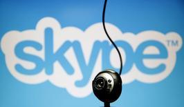 Câmera em frente ao logotipo do Skype, em fotografia ilustrativa.  26/05/2015   REUTERS/Dado Ruvic