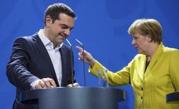 El primer ministro griego, Alexis Tsipras, junto a la canciller alemana, Angela Merkel, en Berlín, el 23 de marzo de 2015. Un funcionario alemán de alto rango dijo el martes que no hay razones para pensar que Grecia entrará en una situación de impago tras el vencimiento de un plazo para devolver 300 millones de euros al Fondo Monetario Internacional el 5 de junio. REUTERS/Hannibal Hanschke
