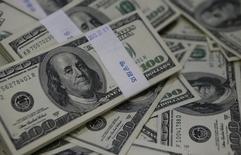 Ilustración fotográfica de billetes de cien dolares, en un banco en Seúl, 2 de agosto de 2013. El dólar ganaba más de un 1 por ciento el martes contra otras unidades y extendía una subida que ha sido conducida principalmente por las expectativas de que la Reserva Federal va a elevar en 2015 las tasas de interés de Estados Unidos. REUTERS/Kim Hong-Ji/Files