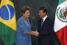 A presidente Dilma Rousseff e o presidente mexicano, Enrique Peña Nieto, durante cerimônia na Cidade do México nesta terça-feira. 26/05/2015 REUTERS/Edgard Garrido