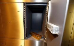 """Слиток золота в хранилище ProAurum в Мюнхене. 3 марта 2014 года. Центробанк РФ назвал нынешний уровень золотовалютных резервов достаточным, но признал, что было бы комфортнее иметь больший запас, поскольку """"денег много не бывает"""". REUTERS/Michael Dalder"""