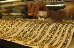Золотые цепочки в ювелирном магазине в Ханое. 5 июня 2013 года. Цены на золото снижаются за счет ожиданий участников рынка, что ФРС вскоре повысит процентные ставки. REUTERS/Kham