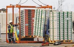Unos trabajadores cargando cajas con frutas de exportación en Valparaíso, Chile, ene 8 2014. Los trabajadores de aduanas en Chile anunciaron el miércoles que continuarán un paro de labores que iniciaron la semana pasada y que afecta a las exportaciones de frutas del país, mientras el sector minero se mantiene atento a un eventual impacto en sus operaciones.  REUTERS/Eliseo Fernandez