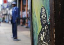 A painting of Blues legend B.B. King adorns a building wall on Beale Street in Memphis, Tennessee May 27, 2015.   REUTERS/Mike Blake
