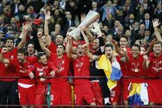 Jogadores do Sevilla comemoram título da Liga Europa após vitória sobre o Dnipro no Estádio Nacional de Varsóvia, na Polônia. 27/05/2015 REUTERS/Stefan Wermuth