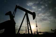 Станок-качалка на месторождении Lagunillas в Венесуэле 26 мая 2006 года. Производители нефти, не входящие в ОПЕК, в особенности производители сланцевой нефти в США, продолжат увеличивать добычу по крайней мере до 2017 года, говорится в проекте доклада ОПЕК, посвященного долгосрочной стратегии. REUTERS/Jorge Silva